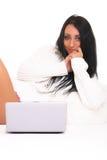 En härlig ung kvinna med bärbar dator Arkivfoton