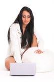 En härlig ung kvinna med bärbar dator Arkivfoto
