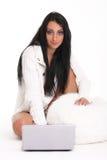En härlig ung kvinna med bärbar dator Royaltyfri Fotografi