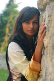 En härlig ung kvinna med långt mörkt hår och a Arkivbild