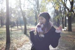 En härlig ung kvinna som bara går i parkera Arkivbild