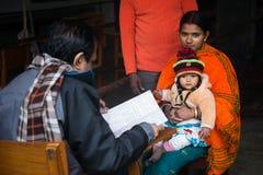 En härlig ung moder har kommit med hennes barn att se doktorn arkivbilder
