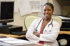En härlig ung sjukvårdfamiljeförsörjare Arkivbild