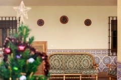 En härlig uteplats av byhuset på jul Arkivfoto