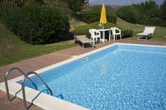 En härlig utgångspunkt med simbassängen royaltyfria foton