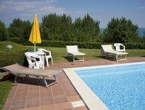 En härlig utgångspunkt med simbassängen royaltyfria bilder