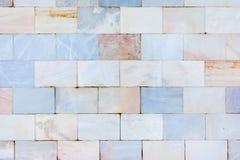 En härlig vägg av marmortegelplattor Texturen av stenen ovanlig bakgrund Arkivbilder