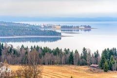 En härlig vårmorgon över sjön Arkivbilder