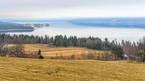 En härlig vårmorgon över sjön Arkivbild