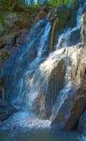 En härlig vattenfall i skogdjurlivet, vattenfall i en öde skogtaiga Arkivfoton