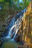 En härlig vattenfall i skogdjurlivet, vattenfall i en öde skogtaiga Arkivfoto
