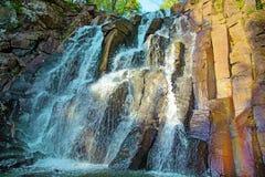 En härlig vattenfall i skogdjurlivet, vattenfall i en öde skogtaiga Arkivbild