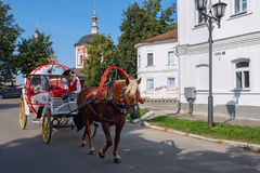 En hästdragen vagn för tappning på gatan av Suzdal Ryssland Royaltyfri Foto