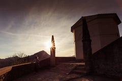 En hållande ögonen på solnedgång för fridsamt ögonblick Royaltyfria Bilder