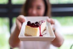En hållande blåbärostkaka för härlig asiatisk kvinna med mening lycklig och bra livsstil fotografering för bildbyråer
