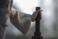En hållande stång för hand med tråden arkivfoton
