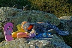 En hög av övergav eller borttappade skor och blandat skodon arkivfoto