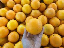 En hög av apelsiner Royaltyfria Bilder