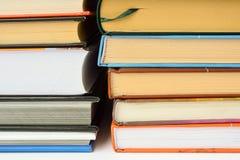 En hög av böcker Arkivfoton