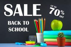 En hög av böcker och brevpapper på en svart tavlabakgrund Arbetsskrivbord, utbildning, skola försäljning Arkivfoto