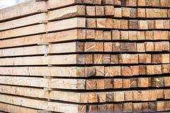En hög av behandlat trä closeup fotografering för bildbyråer