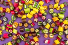 En hög av bestrukna godisar för färgrik karamell Arkivfoton