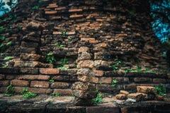 En hög av de gamla tegelstenarna i forntida fördärvar av Ayutthaya Royaltyfria Bilder