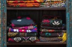 En hög av den färgrika ojämna peruanska textilen och tyger Royaltyfri Bild