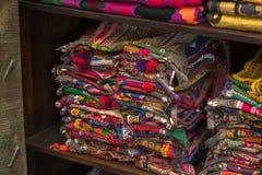 En hög av den färgrika ojämna peruanska textilen och tyger Fotografering för Bildbyråer
