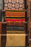 En hög av den färgrika ojämna peruanska textilen och tyger Arkivfoton