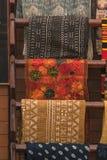 En hög av den färgrika ojämna peruanska textilen och tyger Royaltyfria Foton