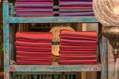 En hög av den färgrika ojämna peruanska textilen och tyger Arkivbild