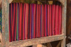 En hög av den färgrika ojämna peruanska textilen och tyger Arkivbilder