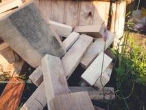 En hög av det staplade vedträt som är förberedd för att värma huset Annalkande brandträ för vinter eller brasa Royaltyfri Fotografi