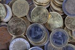 En hög av euromynt av olika värden Arkivbild