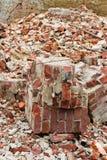 En hög av gamla brutna röda tegelstenar Royaltyfri Foto