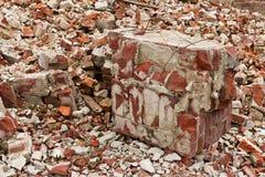En hög av gamla brutna röda tegelstenar Arkivbilder