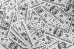 En hög av hundra U S bakgrund 3d fakturerar den höga dollaren framför res Royaltyfri Fotografi