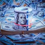 En hög av hundra USA-sedlar Kassa av hundra dollarräkningar, dollarbakgrundsbild royaltyfri fotografi