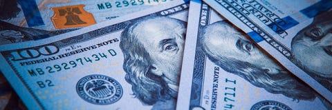 En hög av hundra USA-sedlar Kassa av hundra dollarräkningar, dollarbakgrundsbild arkivfoton