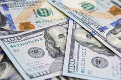 En hög av hundra USA-sedlar Kassa av hundra dollarräkningar, dollarbakgrundsbild royaltyfri foto