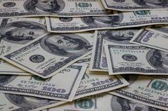 En hög av hundra USA-sedlar med presidentstående Arkivbild