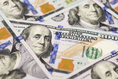 En hög av hundra USA-sedlar med presidentstående E royaltyfria bilder