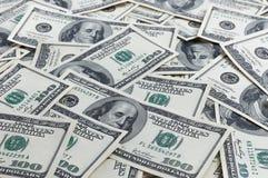 En hög av hundra USA-sedlar med presidentstående Kassa av hundra dollarräkningar, dollarbakgrundsbild Royaltyfria Bilder