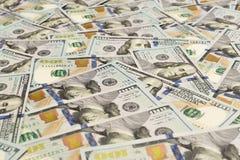 En hög av hundra USA-sedlar med presidentstående Kassa av hundra dollarräkningar, dollarbakgrundsbild med höjdpunkt arkivfoton