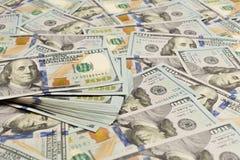 En hög av hundra USA-sedlar med presidentstående Kassa av hundra dollarräkningar, dollarbakgrundsbild med höjdpunkt arkivbilder