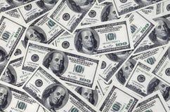 En hög av hundra USA-sedlar med presidentstående Kassa av hundra dollarräkningar, dollarbakgrundsbild med hög reso Royaltyfria Foton