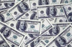 En hög av hundra USA-sedlar med presidentstående Kassa av hundra dollarräkningar, dollarbakgrundsbild med hög reso Royaltyfria Bilder