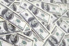 En hög av hundra USA-sedlar med presidentstående Kassa av hundra dollarräkningar, dollarbakgrundsbild med hög reso Fotografering för Bildbyråer