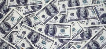 En hög av hundra USA-sedlar med presidentstående Kassa av hundra dollarräkningar, dollarbakgrundsbild med hög reso Royaltyfri Bild